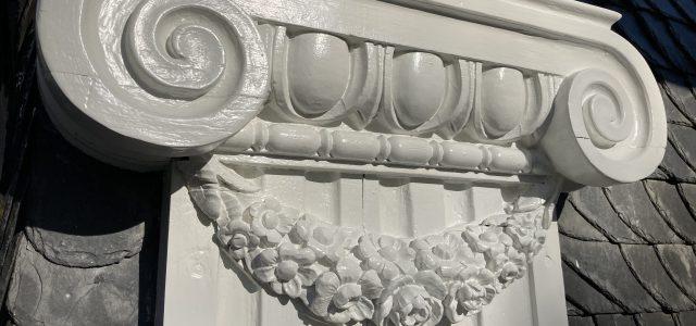 oberer Teil des aus Holz geschnitzten Pilasterskapitells.