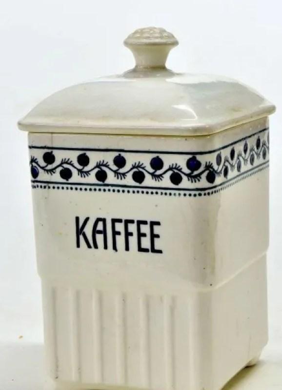 Weiße Kaffeedose aus Keramik mit dunkelblau gemaltem Zierband und dem Schriftzug Kaffee.