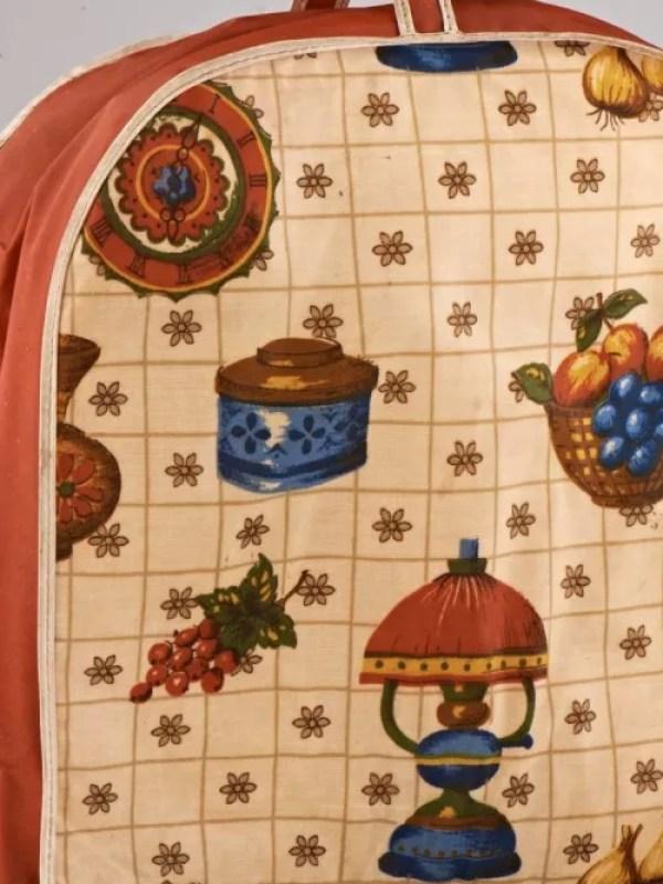 Taschenähnliche Haub aus Stoff mit Roten Seiten und weißem kariertem Stoff mit Obstmotiven auf der Vorderseite