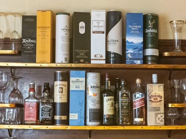 Regal mit Whiskeyflaschen