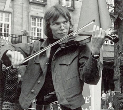 Øyvind med fela på Karl Johan, Oslo 1976