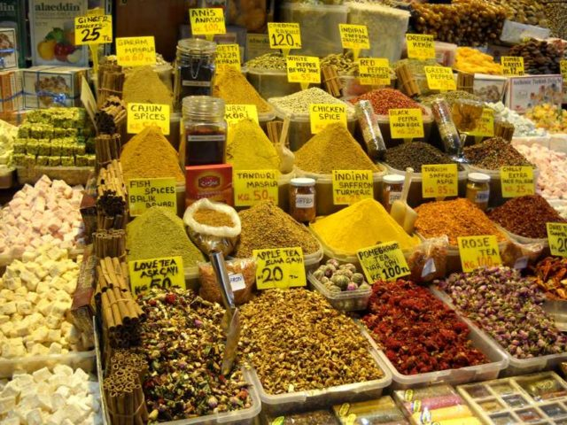 Gewürze und Tee im Gewürzbasar Istanbul