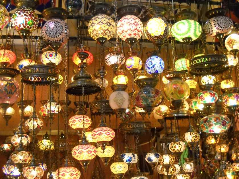 Bunte orientalische Lampen im Großen Basar in Istanbul