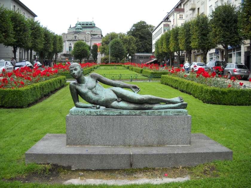 Der liegende Poet im Park in Bergen, Norwegen