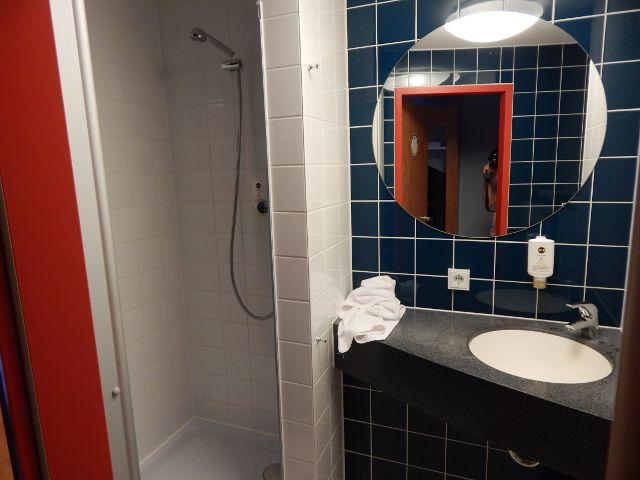 Bad mit Dusche WC in günstigen Hotels