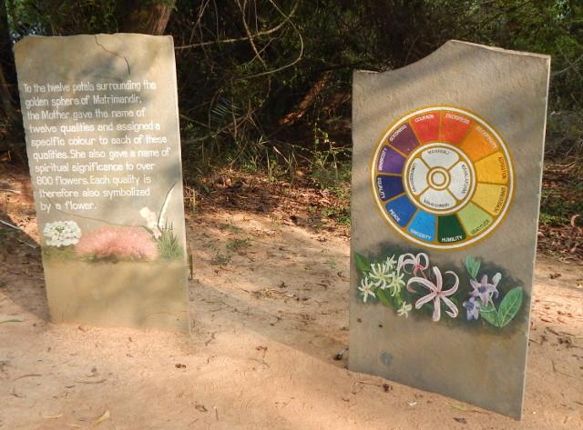 Auroville Blumen und Sinnsprüche
