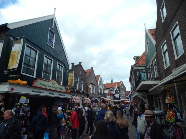 Volendam Hauptstraße voller Touristen.
