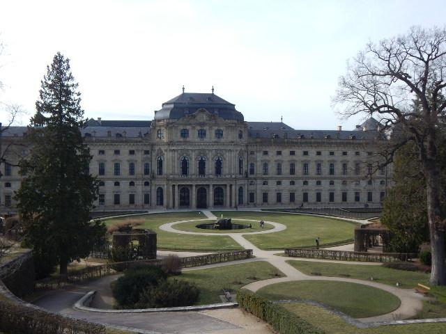 Residenz in Würzburg vom Hofgarten aus gesehen.