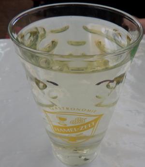 Dubbeglas mit einen Schoppen Wein am Dürkheimer Wurstmarkt.