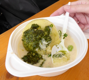 Kartoffelkloß mit Bratwurstbrät innen, Käsesoße und Pesto.