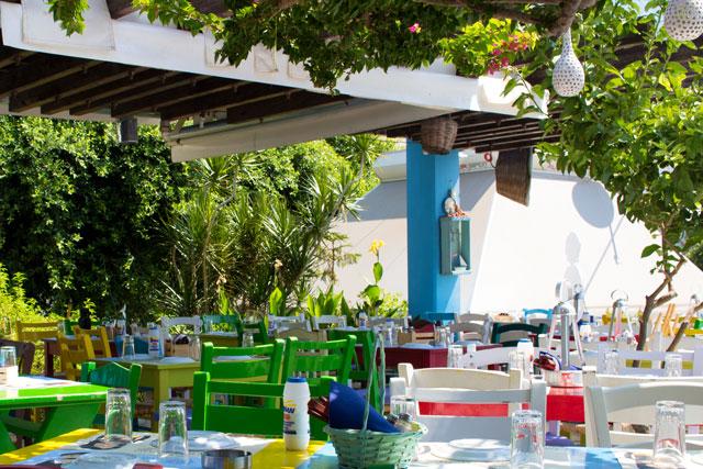Taverne mit Stühlen im Freien auf Kreta