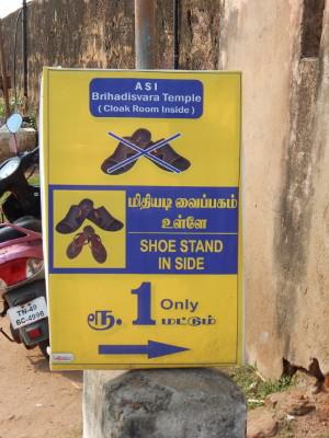 Vor dem Tempel bitte Schuhe ausziehen