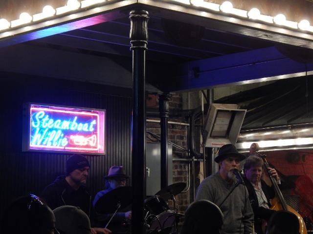 Steamboat Willie spielt im Legends Park in der Bourbon Street in New Orleans.