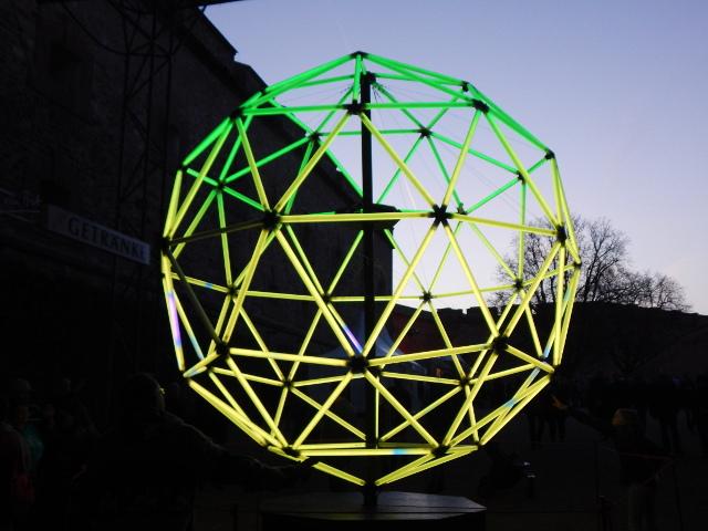 Leuchtkugel aus Neonröhren mit abwechselndem Licht