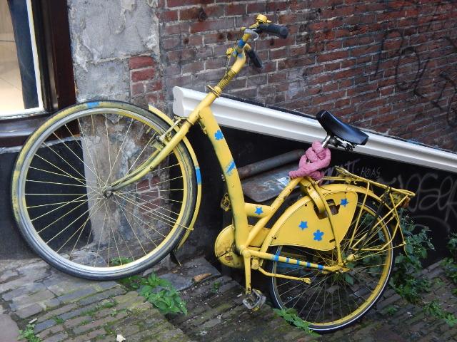 Kunst am Rad, gelbes Fahrad m Straßenrand.