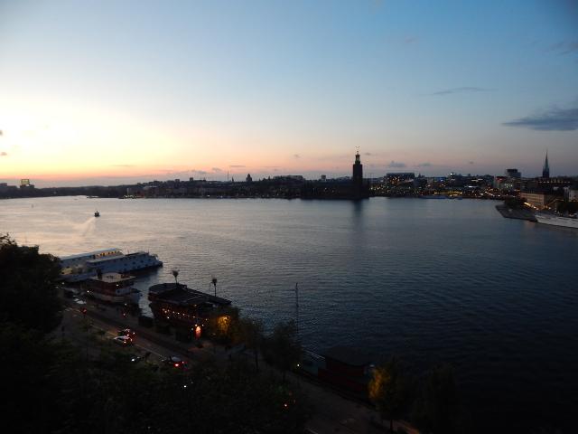 Blick vom Aussichtspunkt Monteliusvägen bei Sonnenuntergang auf Stockholm.