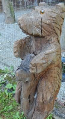 Bärenskulptur, geschnitzt -Bär steht