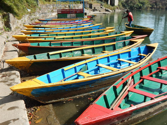 Bunte Boote auf dem Phewa See in Pokhara Nepal