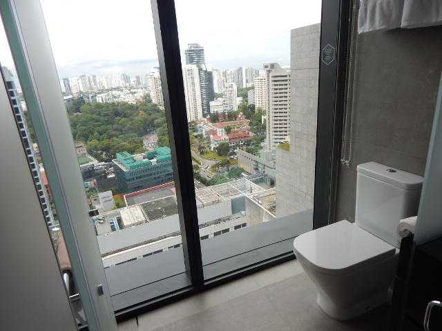 Toilette im Yotel mit atemberaubenden Ausblick auf Singapur