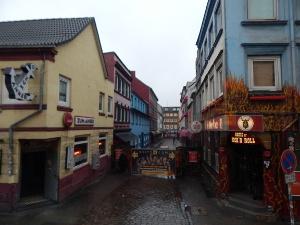 Durch die Herbertstraße in Hamburg dürfen nur erwachsene Männer gehen.