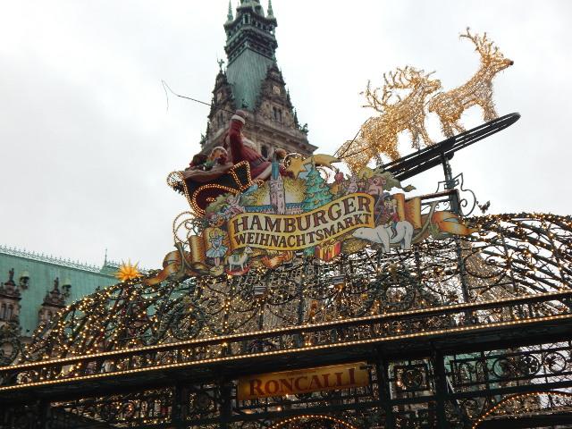 Weihnachten in Hamburg mit dem Roncalli Weihnachtsmarkt vor dem Rathaus.