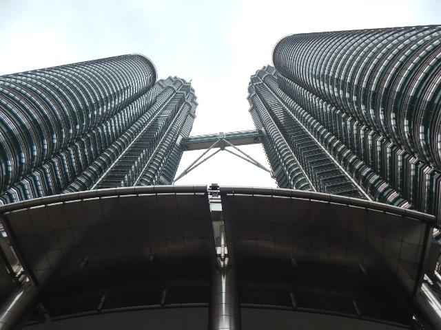 Blick von unten auf die Petronas Twin Towers in Kuala Lumpur, Malaysia.