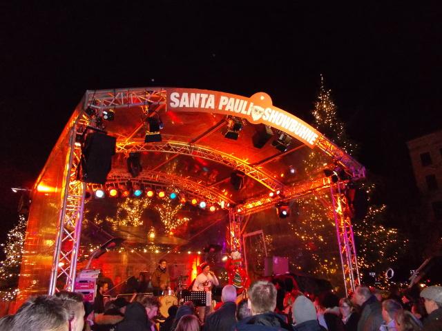 Auf der Bühne vom Weihnachtsmarkt Santa Pauli in Hamburg wird kostenlos Livemusik geboten.