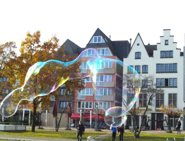 Schillernde Seifenblasen in Köln