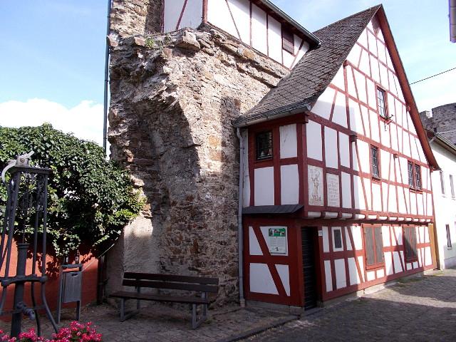 Das Stadtmauerhäuschen in Lahnstein, ein kleines Fachwerkhaus lehnt sich an die Stadtmauer.