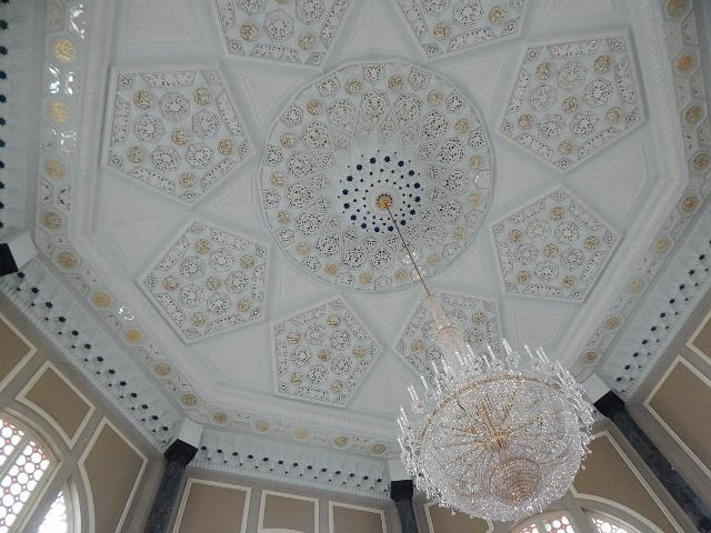 Die Decke der Ubudia Moschee aus weißem Marmor.
