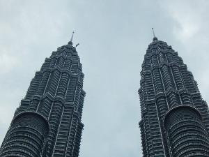 Die Zwillingstürme der Petronas Towers Kuala Lumpur Malaysia.