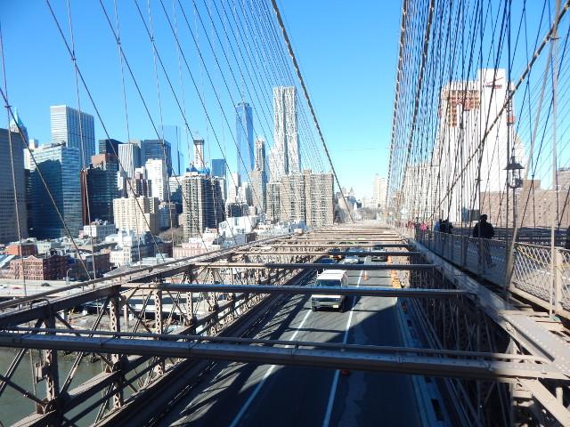 Unten die Fahrbahn für die Autos auf der Brooklyn Bridge.