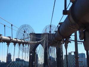 Die Pfeiler der Brooklyn Bridge, New York mit der Hängebrücke