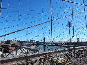 Blick auf den East River von der Brooklyn Bridge in New York.
