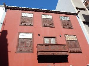 Reich verzierte Fenster schmücken das kanarische Haus.