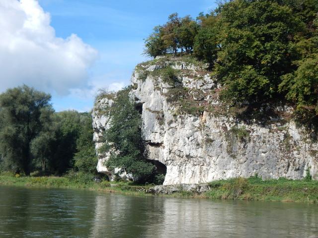 Eindrucksvolle Felsen entlang der Donau bei Kelheim