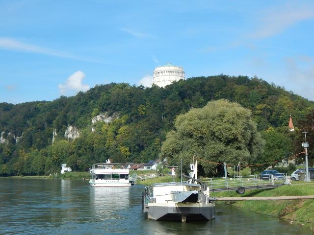 Die Befreiungshalle von der Donau aus gesehen.