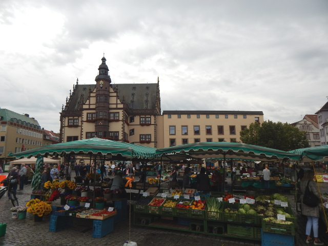 Marktstände auf dem Marktplatz in Schweinfurt