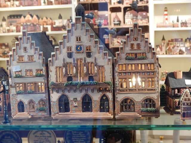 Souvenirs in Frankfurt, der getöpferte Römer.