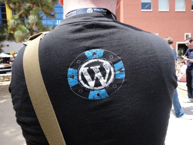 Logo de WordPress dentro de una ficha de póker
