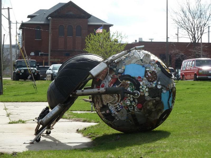 Mirko Siakkou-Flodin: Recycling Kunst, Tire Art, Cedar Rapids, USA