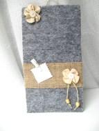 Feltro grigio con fascia in yuta. Fiore in feltro rosa carne, perline in legno beige. Mollettina in legno bianca, rimovibile.