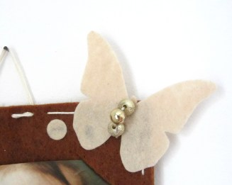Farfalla beige in feltro con perline dorate