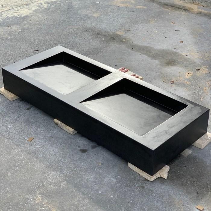 Double vanity with ramp sinks