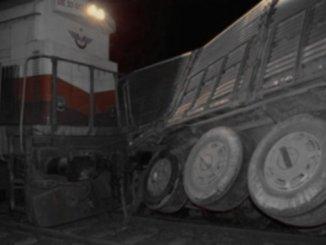 Алиагада поезд на железнодорожном переезде Тира Карпти