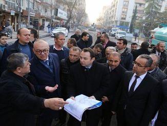 presidente ergun examina el trabajo realizado para cevreci bus
