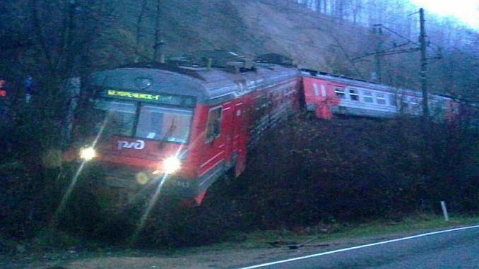 rusyada toprak kaymasi sonucu yolcu treni raydan cikti