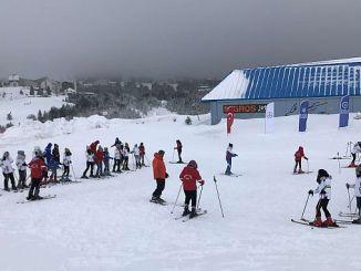 Aufregung der Studenten beim Skifahren in Bursa