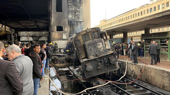 à la gare principale du Caire au moins 20