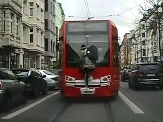 млад опасно пътуване с трамвай в Германия